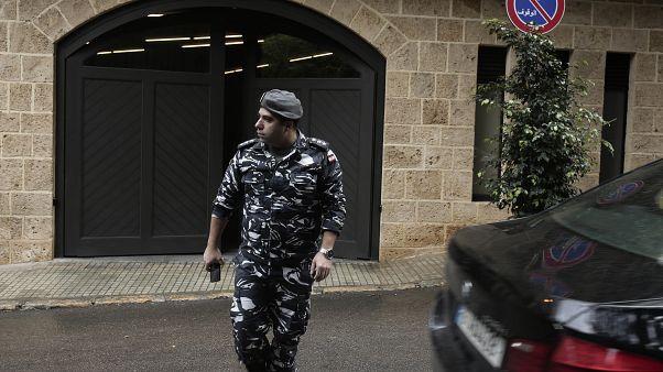 عنصر تابع للأمن الداخلي اللبناني أمام منزل كارلوس غصن في بيروت