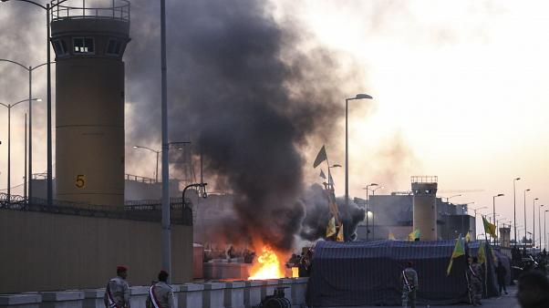 Irak'ta Şii milis gücü Haşdi Şabi yanlısı göstericiler, Bağdat'taki ABD Büyükelçiliği önünde protesto etti
