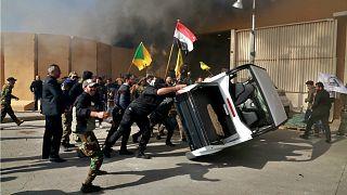 شاهد: لحظة اقتحام المتظاهرين العراقيين السفارة الأمريكية في بغداد