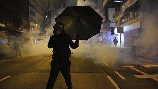 Un manifestante se protege de los gases lacrimógenos en Hong Kong