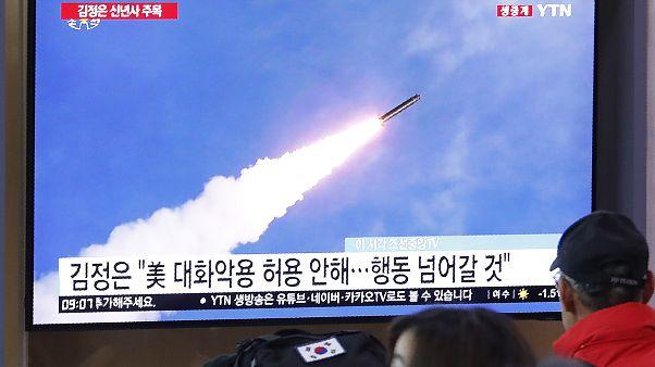 شاشة تلفزيون في محطة قطارات بسيول في كوريا الجنوبية تبث صورا لإطلاق صاروخ كوري شمالي