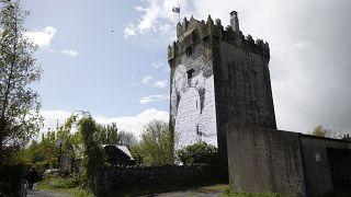 Mauerwerk aus dem 15. Jahrhundert, mit dem Bild eines lesbischen Paares, nachdem die Homo-Ehe in Irland legalisiert wurde.