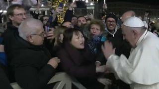 Manotazo y bronca del papa Francisco a una fiel demasiado brusca