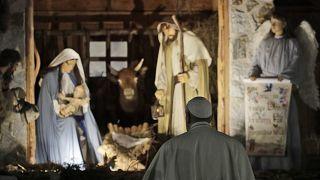 VIDEO: Il Papa colpisce seccato una fedele, poi si scusa per aver perso la pazienza