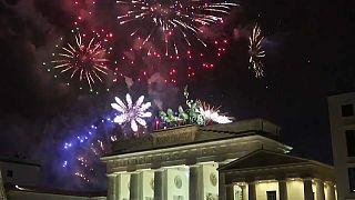 Silvesternacht in Berlin: Viele Schwerverletzte, Angriffe und Brände