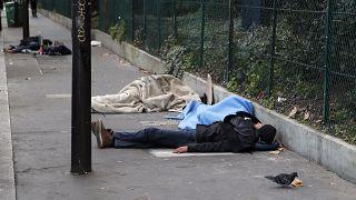 مهاجرون مشردون نائمون في الشارع في باريس. 2019/11/06