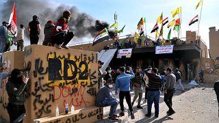 متظاهرون موالون لإيران أثناء اعتصام أمام السفارة الأمريكية في بغداد ، العراق