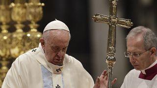 El papa Francisco pide perdón por golpear la mano de una peregrina demasiado efusiva