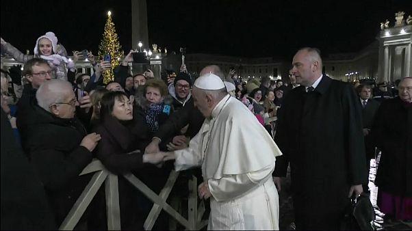 Papa Francisco pede perdão por ter batido na mão de fiel que o agarrou