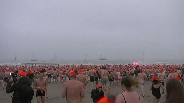 Hollandalılar yeni yılı denize girerek kutladı