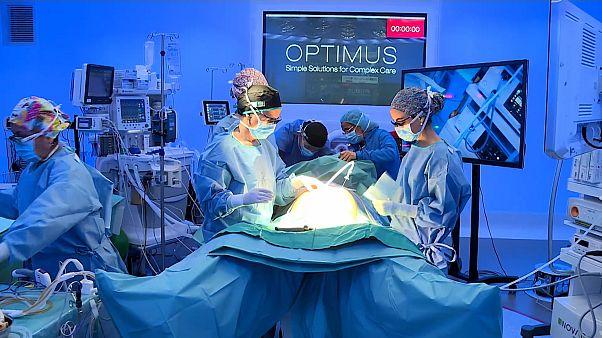 """شاهد: عملية جراحية لاستئصال سرطان المعدة بنظام """"5 جي"""""""