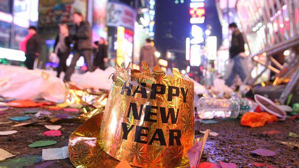 شاهد: العالم يستقبل عاما جديدا بالأسهم النارية والغاز المسيل للدموع