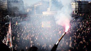حشد من العمال المضربين في ساحة الباستيل يستمعون إلى موسيقيين في دار أوبرا باريس