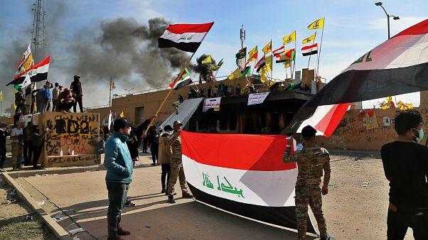 محتجون موالون لإيران أثناء اعتصام أمام السفارة الأمريكية في بغداد/العراق