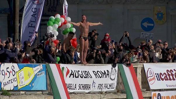 15 Meter tief in den Tiber: Neujahrsspringen in Rom