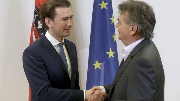 Sebastian Kurz da la mano al líder de Los Verdes, Werner Kogler