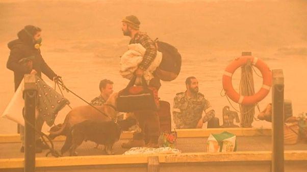 شاهد: إخلاء مدن بأكملها محاصرة بالحرائق في أستراليا وسط مخاوف من موجة حر جديدة