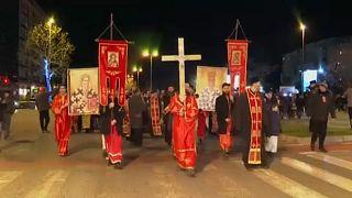 Több ezer ortodox hívő tüntetett az új egyházügyi törvény ellen Montenegróban