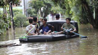 Jakarta in preda alle alluvioni che fanno già morti e feriti