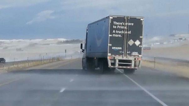 شاحنة تعيق تقدمها الرياح القوية على طريق في كولورادو.