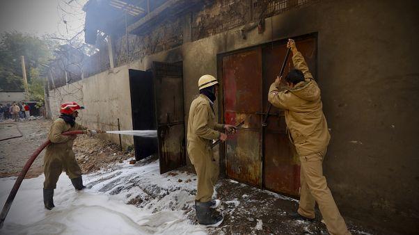 حريق عنيف يندلع في مصنع للبطاريات