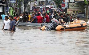 Les secours évacuent des habitants à Jatibening près de Jakarta suite aux inondations