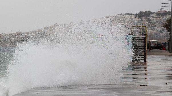 Κύματα κτυπούν την παραλία του Φλοίσβου στο Φάληρο λόγω των δυνατών ανέμων