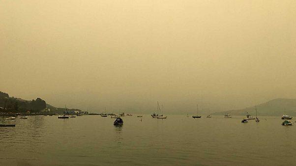 La fumée provenant des incendies de forêts en Australie observée dans le port d'Akaroa, sur l'île du Sud en Nouvelle Zélande, le premier janvier 2020.