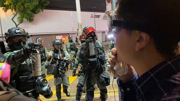 Hong Kong: poliziotto spruzza spray urticante negli occhi a un deputato