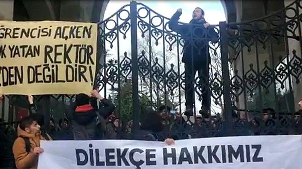 İstanbul Üniversitesi'nde öğrenciler yemekhane zamlarını protesto etti