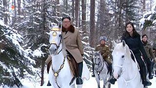 """شاهد: كيم جونغ أون يمتطي جوادا على قمة الجبل """"المقدس"""""""