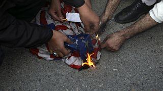Ιρανοί διαδηλωτές καίνε την αμερικανική σημαία