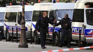 Paris yakınlarında polis bıçaklı saldırganı vurarak durdurdu
