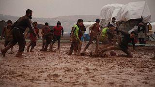 Spaßige Schlammschlacht: Vertriebene Syrer spielen Matschfußball