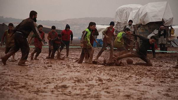 شاهد: النازحون بسرمدا يحاولون تجاوز معاناتهم بتنظيم مباراة في كرة القدم