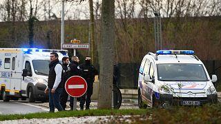 الشرطة الفرنسية تلاحق رجلاً طعن أشخاص جنوب العاصمة باريس