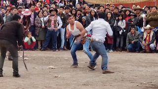 """شاهد: مهرجان """"تاكاناكي"""" للقتال السنوي في البيرو من أجل عام خالٍ من الأحقاد"""