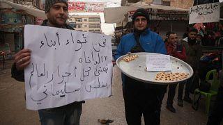 شاهد: سوريون في إدلب يوزعون الحلوى على المارة احتفالا بمقتل سليماني