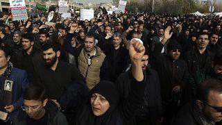 İran'da Süleymani'nin öldürülmesinin ardından ABD karşıtı gösteriler düzenlendi