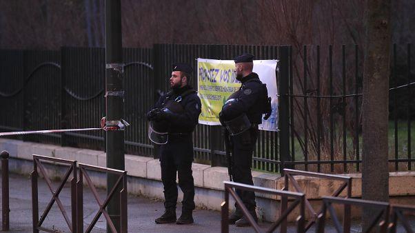 شاهد: الشرطة الفرنسية تطارد منفذ عملية الطعن في باريس وترديه قتيلا