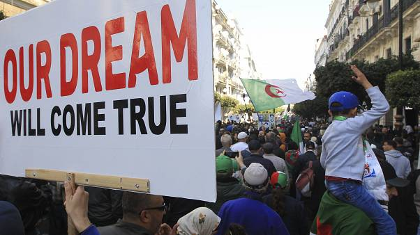 الحراك في الجزائر يواصل الاحتجاجات غداة إطلاق سراح المعتقلين