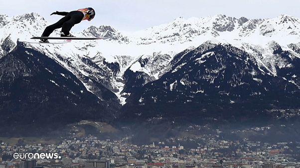 ريويو كوباياشي من اليابان، أثناء قفزه الهواء خلال الجولة التجريبية من المرحلة الثالثة من مسابقة القفز على التلال الأربعة والستين في إنسبروك، النمسا. 3 يناير 2020.