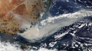 Chaleur accablante et vents violents attisent les flammes en Australie