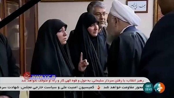 روحاني مصغياً إلى ابنة سليماني خلال تقديمه العزاء