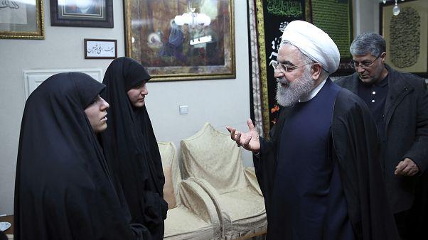 الرئيس الإيراني حسن روحاني يقدم واجب العزاء لعائلة القيادي في الحرس الثوري الإيراني قاسم سليماني الذي قتل في غارة أمريكية في العراق. طهران، 4 يناير 2020.