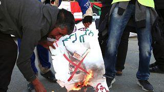 Trablus'taki gösteride Hafter fotoğrafları yakıldı