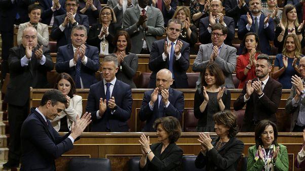 بدرو سانشيز مصفقاً خلال الجلسة البرلمانية التي أقيمت اليوم السبت
