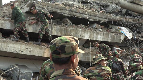 Çöken inşaat halindeki binanın enkazından 20 saat sonra 2 kişi sağ kurtarıldı