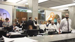موظفو بنك يشاهدون المتظاهرين المناهضين للحكومة يرددون شعارات داخل مقر عملهم ديسمبر 2019، بيروت