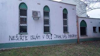 """جاء في العبارة المكتوبة على جدار المسجد """"لا تنشروا الإسلام في التشيك وإلا فسنقتلكم"""""""